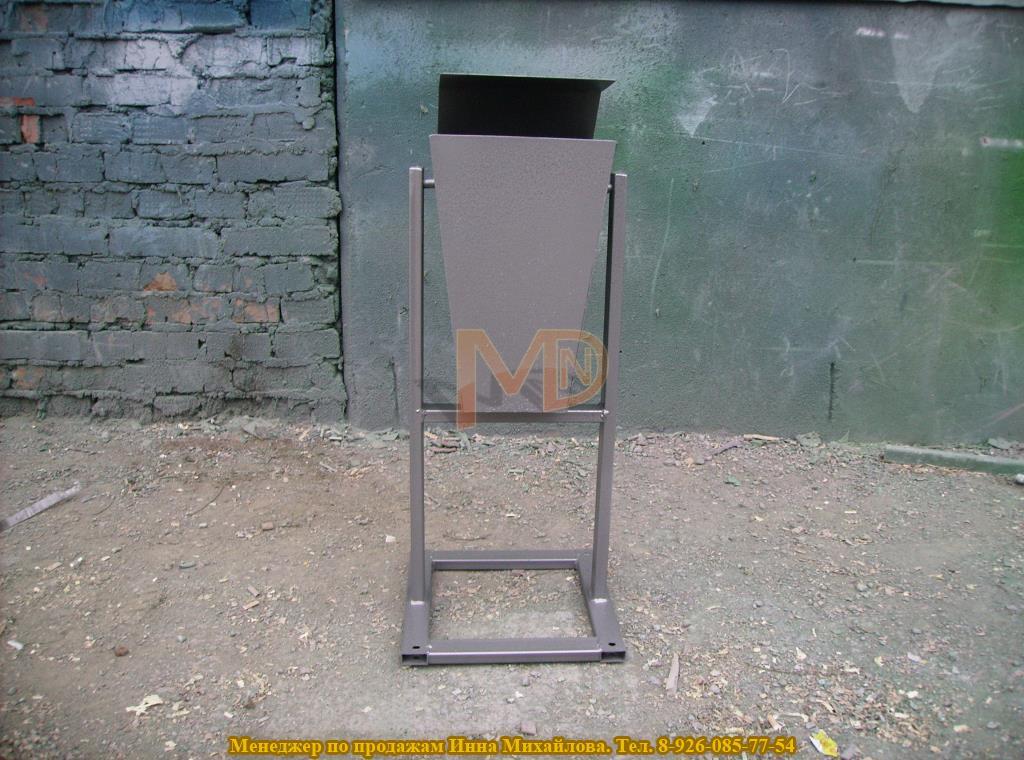 Опрокидывающаяся металлическая урна для придомовой территории