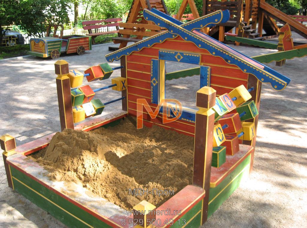 Деревянная песочница с кубиками