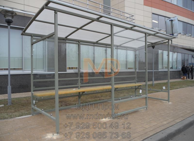 Эстетичный остановочный павильон со стенами из каленого стекла